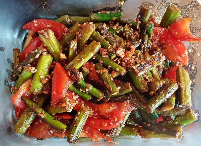grüner Spargel mit Tomaten fertig