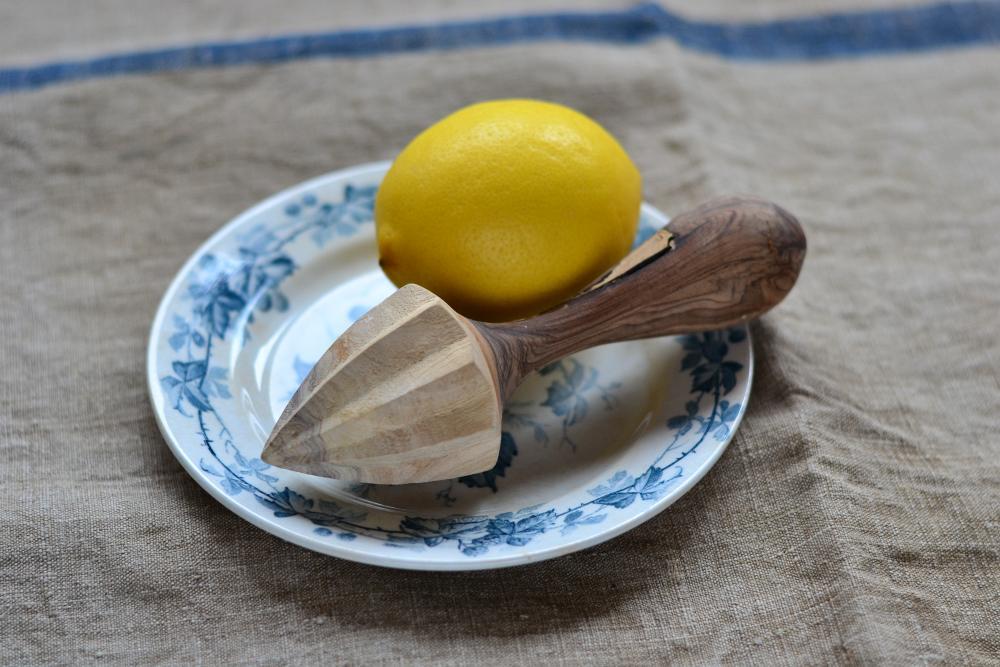 Zitrone mit Pressholz