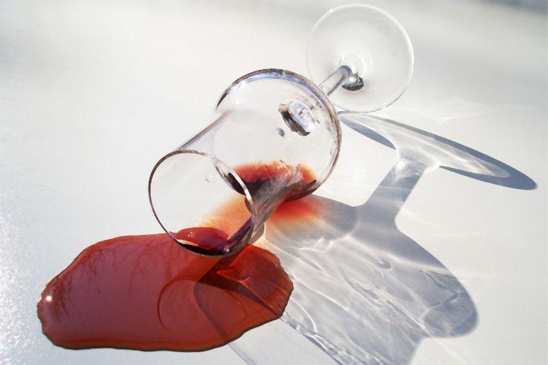 Rotwein verschüttet